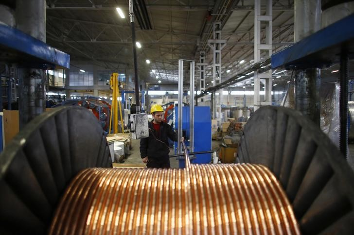 © Reuters.  METALS-Copper slips, but China optimism and supply fears support