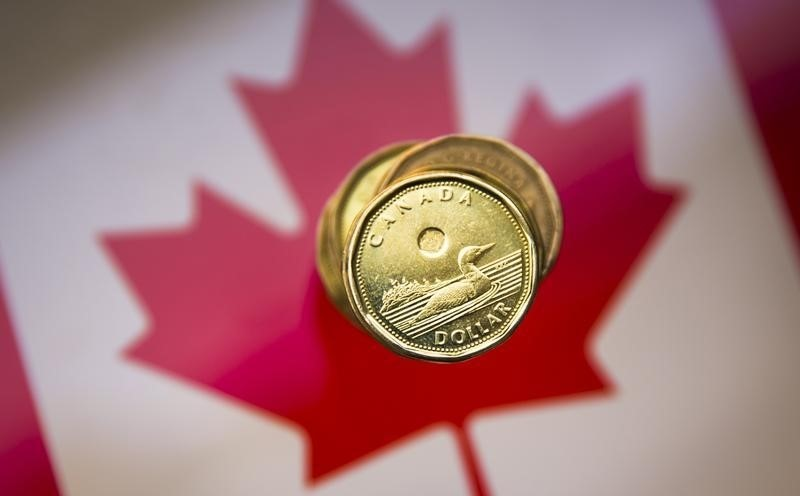 © Reuters.  Canadian dollar hits 2-week lows as greenback surges