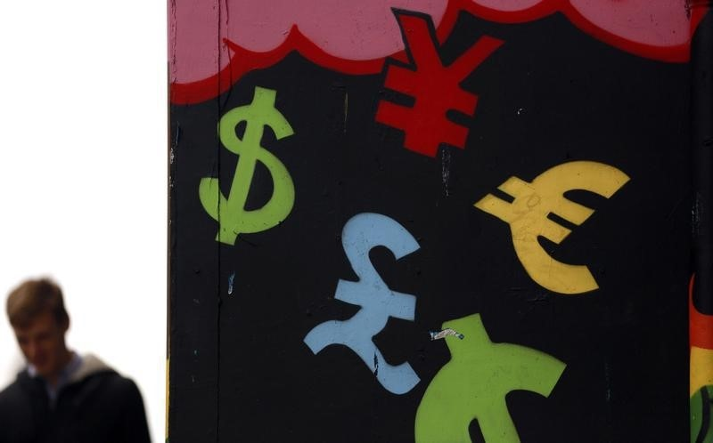 © Reuters.  Dollar higher as political uncertaintу sinks euro