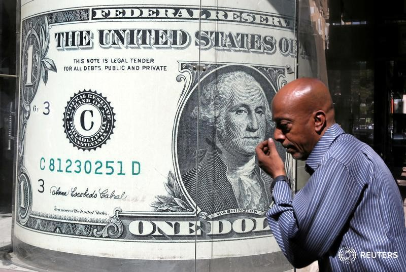© Reuters. Dollar steady but political tensions in Europe, U.S. limit gains