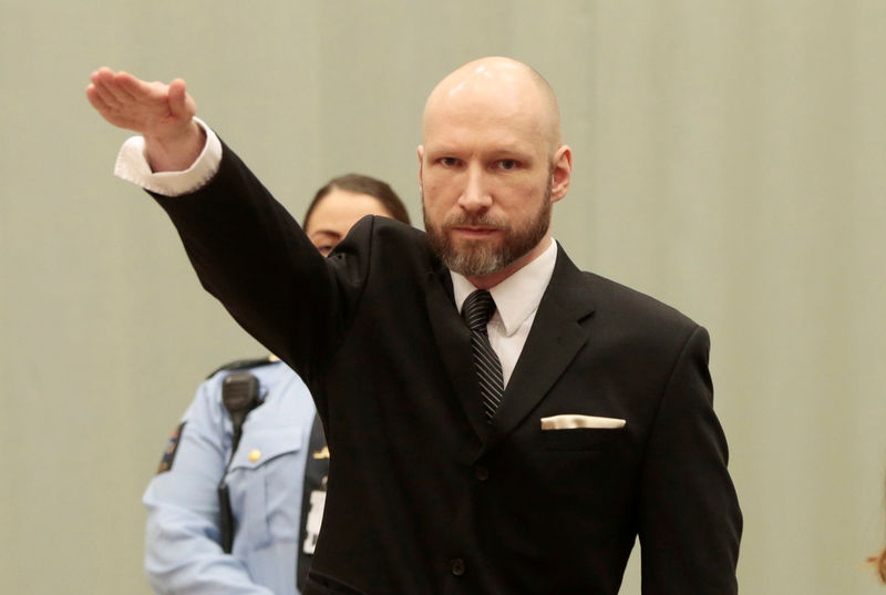 © Reuters. Anders Behring Breivik raises his right hand during the appeal case in Borgarting Court of Appeal at Telemark prison in Skien