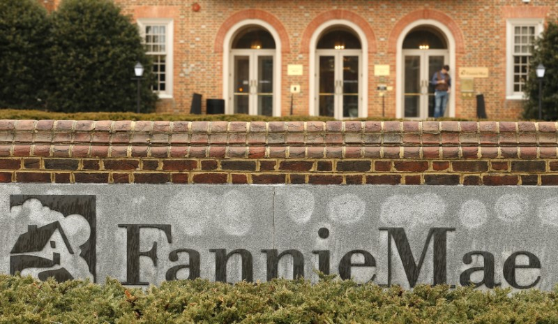 © Reuters. A man stands outside Fannie Mae in Washington