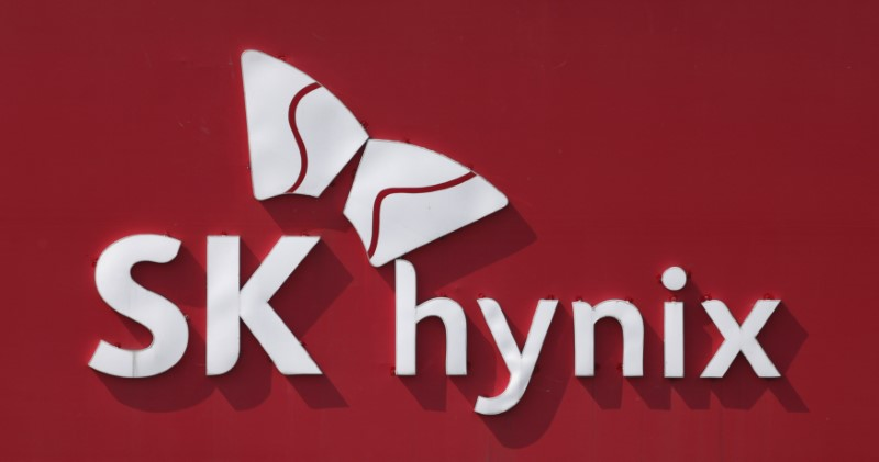 © Reuters. The logo of SK Hуnix is seen in its plant in Icheon