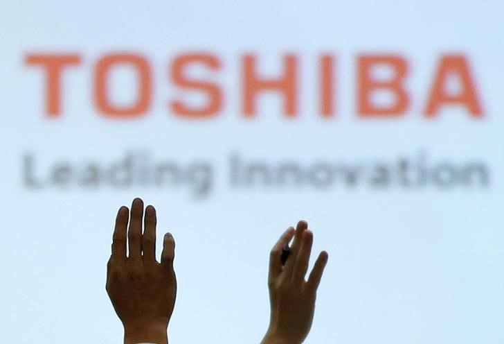 © Reuters. FILE PHOTO -  Reporters raise their hands for a question during a news conference by Toshiba Corp CEO Satoshi Tsunakawa and other senior sompany officials at the company's headquarters in Tokyo, Japan