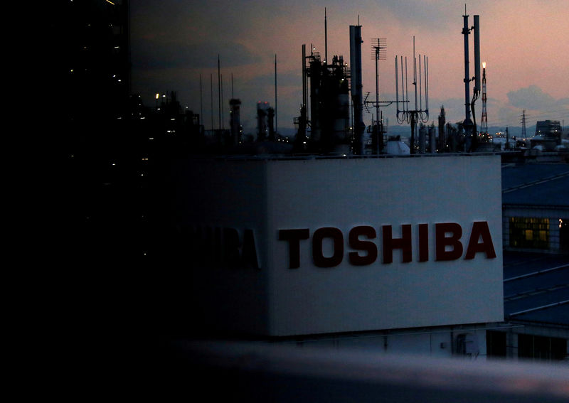 © Reuters. FILE PHOTO:  The logo of Toshiba Corp. is seen at the company's facility in Kawasaki